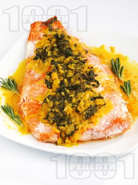 Сьомга със спаначено-шафранов сос на фурна - снимка на рецептата
